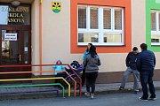 Obyvatelé Janové na Vsetínsku rozhodují v sobotu 25. března v místním referendu o tom, zda bude moci ve vesnici vzniknout kasino loterijní společnosti Synot.
