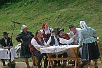 Divadelní představení zpestřilo kácení májky v Hutisku-Solanci na Zákopčí.