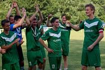 Fotbalisté Kladeruby (zelené dresy) po posledním utkání sezony 2014-15 slavili  postup.