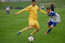 Fotbalisté Velkých Karlovic+Karolinky (žluté dresy) si z tohoto duelu v Novém Jičíně přivezli bod.