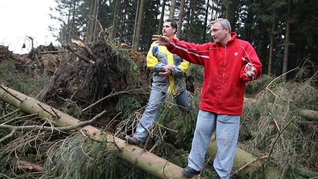 Orkán Emma ničil stromy i na hřebenu Vsetínských vrchů. Snímek pořízen nedaleko Vsackého Cábu