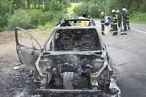 Technická závada stojí za zničením osobního auta značky Peugeot. Při jízdě z Hošťálkové ve stoupání do Trojáku vozidlo v neděli krátce před 15. hodinou shořelo. Jeho osádce se ale díky duchapřítomnosti řidiče nic nestalo.