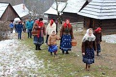 Vánoční jarmark ve Valašském muzeu v přírodě v Rožnově pod Radhoštěm, který se konal o víkendu 9. a 10. prosince 2017, přilákal už první den tisíce lidí.