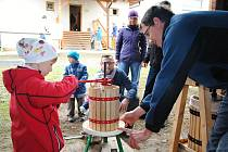 Návštěvníci Valašského ekocentra ve Valašském Meziříčí si v neděli 8. října vyzkoušeli zpracování jablek.