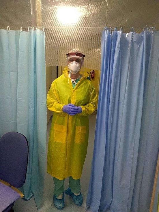 """Personál Multidisciplinární jednotky intenzivní péče Nemocnice Valašské Meziříčí je každým dnem v """"první linii"""". Vyšetřuje pacienty s podezřením na nákazu koronavirem. Ochranné pomůcky jsou v tomto případě nezbytností."""
