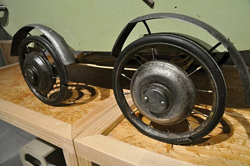 Z výstavy historických kočárků s názvem Až přiletí čáp instalované v Muzeu regionu Valašsko na zámku ve Vsetíně.