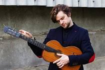 Dánský písničkář Lasse Matthiessen zahraje ve čtvrtek 2. června na scéně Za Oponou ve Vsetíně.