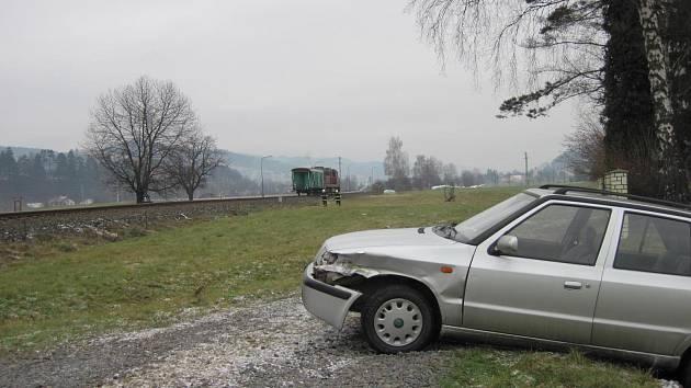 Dopravní nehoda osobního vozidla a vlaku na železničním přejezdu v Halenkově na Vsetínsku.