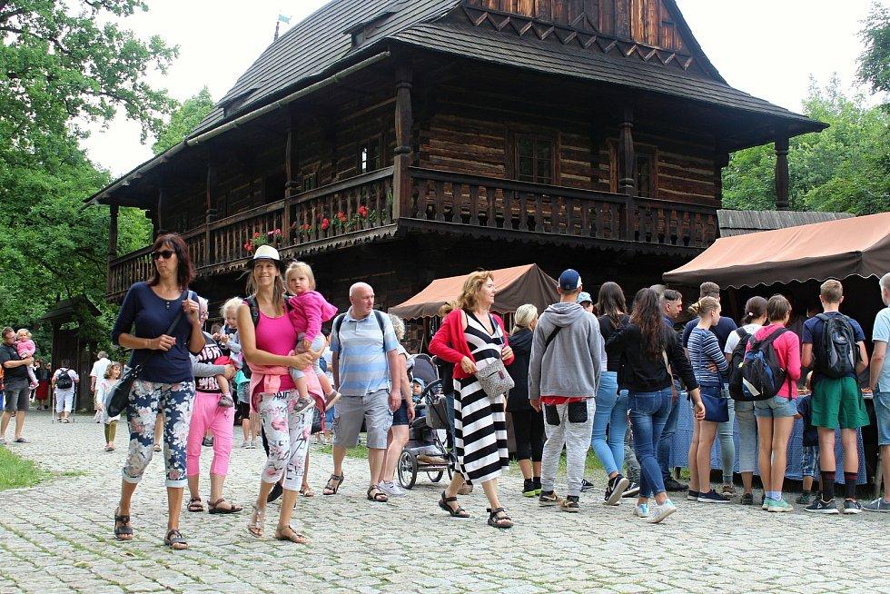 Rožnov pod Radhoštěm je podle místních branou Beskyd a srdcem Valašska. Rožnovské slavnosti 2019 ve skanzenu.