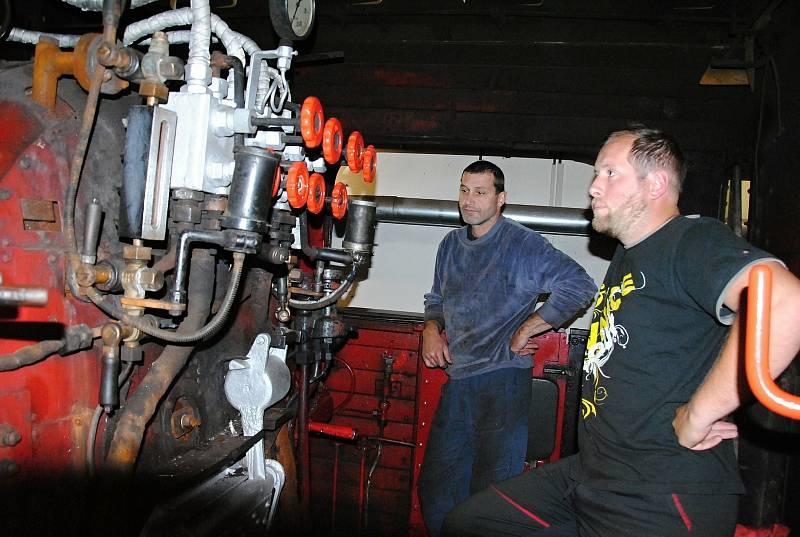 Miroslav Vašků (vlevo), který se do budoucna s největší pravděpodobností ujme postu strojvedoucího historické lokomotivy Velký Bejček a Jiří Dobiáš z Valašské společnosti historických kolejových vozidel, jemuž na parní lokomotivě připadne funkce topiče.