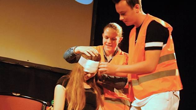 Na přednášku s názvem Nehodou to začíná dorazilo 600 žáků základních a středních škol. Mezi nimi i Veronika Rek a Dominik Dopirák.