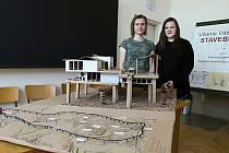 Studenti Střední průmyslové školy stavební ve Valašském Meziříčí se zapojili do celostátní soutěže s názvem Stavby z vlnité lepenky. Na fotografiích jsou se svými výtvory.