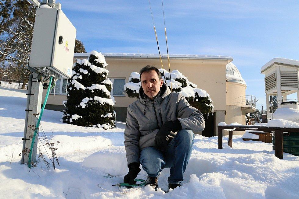 Pracovník Hvězdárny Vsetín Pavel Svozil se sondou pro měření teploty; leden 2021