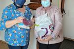 Sylva Šťastná (vpravo) předává vedoucí domova Jabloňová ve Vsetíně Pavlíně Novotné přinesené mražené ovoce a oříšky do buchet.