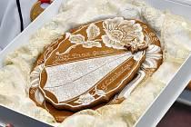 Cukrářky ze Střední odborné školy Josefa Sousedíka vyrobily pod vedením odborné učitelky Jaroslavy Londové (na snímcích žena se světlými vlasy) medové perníky, které darem zašlou ke křtinám britského prince George, syna vévody a vévodkyně z Cambridge.