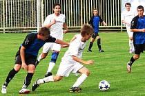 Fotbalisté FC Vsetín (bílé dresy) se po několika remízách konečně dočkali vítězství. V domácím prostředí porazili Ostrožskou Novou Ves 2:1.