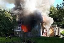 Hasiči zasahují u požáru přístřešku u rodinného domu v Hošťálkové na Vsetínsku; úterý 6. října 2020