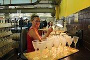 V sobotu 19. srpna 2017 se v Karolince konal devětadvacátý ročník tradičního Sklářského jarmarku. Součástí bohatého programu byl také den otevřených dveří v místní sklárně. Podívat se, jak se zdobí sklo, přišly stovky lidí.