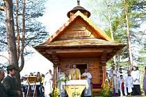 Arcibiskup Jan Graubner sloužil ve středu 1. května 2013 mši v kapli svatého Huberta ve Valašské Senici