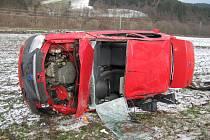 Automobil skončil převrácený. Řidičku museli vystříhat