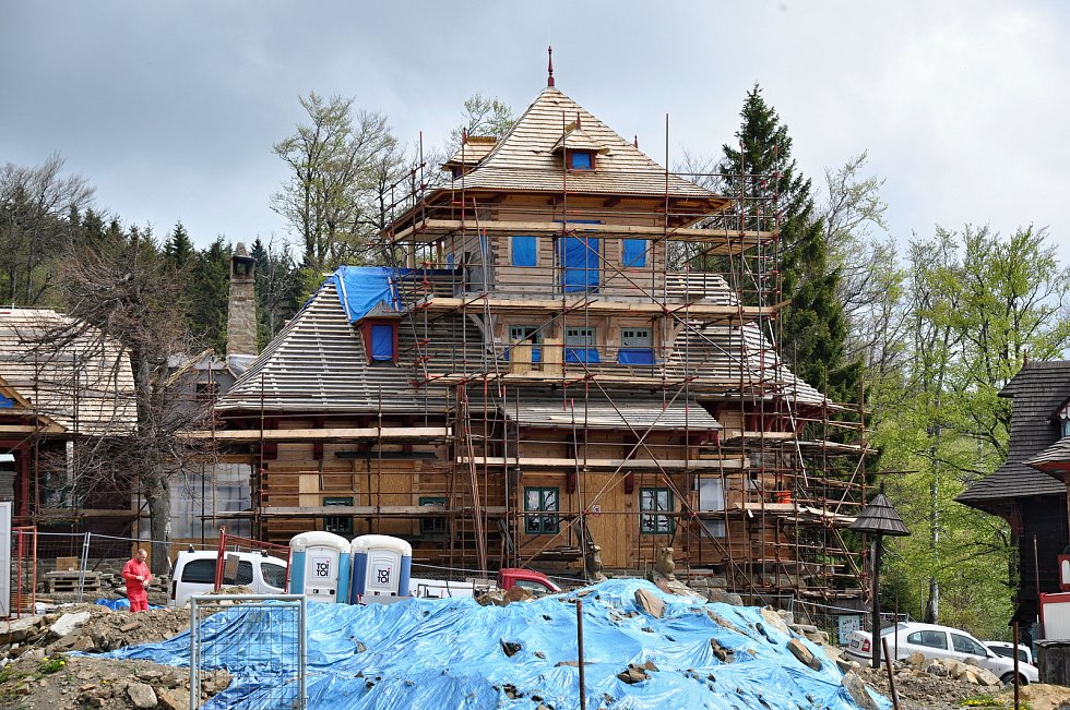 Řemeslníci pracují na obnově národní památky Libušín na Pustevnách; květen 2019