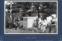 Nově vydaný kalendář Rožnova pod Radhoštěm na rok 2018 nabízí dvanáct netradičních a většinou dosud nepublikovaných fotografií města. Fotky pořídili ve dvacátých a třicátých letech minulého století obchodníci a fotografové Osvald Kotouček a Vladimír Hambá