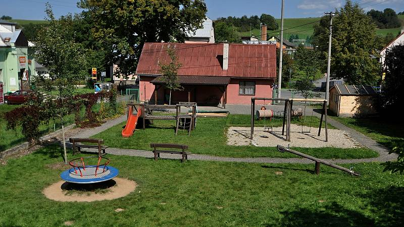 Vidče - dětské hřiště za hasičskou zbrojnicí v centru obce