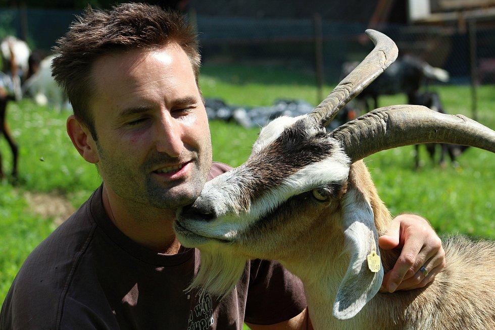 Martin Vlček založil s manželkou v roce 2012 ve Vizovicích kozí farmu.  Stádo v červenci 2020 čítá 113 koz. Vůdkyně stáda je Gizela.
