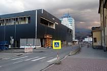 Obchodní galerie ve Vsetíně včetně podzemního parkoviště v dubnu 2019. Zatím je černá, fasáda ale bude bílá.