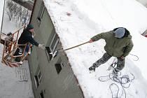 Mohutné rampouchy začínají ohrožovat chodce. Firmy, které se specializují na jejich odstraňování a čištění střech se téměř nezastaví