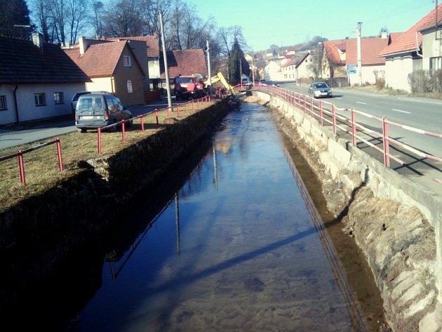 Povodí Moravy zajistilo odstranění 800 metrů krychlových nánosů v říčce Loučka v Brankách u Valašského Meziříčí