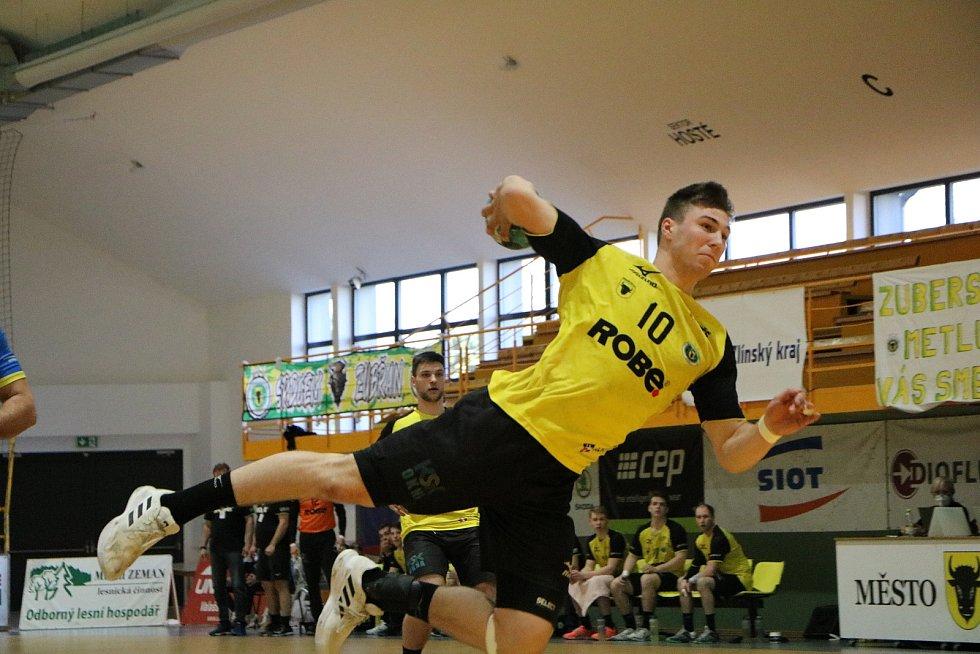 Extraligová házenkáři Zubří (ve žlutém) v prvním duelu o 5. místo doma porazili Kopřivnici 31:26.