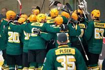 Hokejisté Vsetína (zelené dresy) postoupili přes Porubu a jsou ve finále play off druhé ligy.