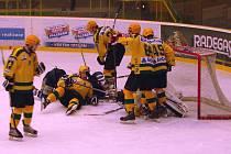Juniorští hokejisté Vsetína (žluté dresy) v posledním kole baráže porazili Kladno (4:0) a slaví tak postup do extraligy.