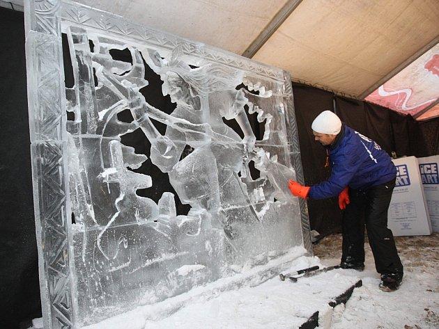 Ledové sochy na Pustevnách. Na snímku Slawek Borecki z Poznaně (PL)