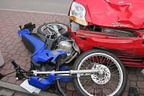 Mladíka na motorce srazila v centru Vsetína nepozorná seniorka za volantem.