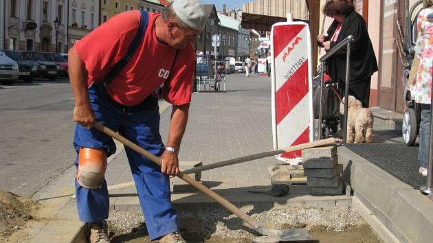 Na Riegrově náměstí v Kroměříži dělníci v minulých dnech upravovali chodník. Ten byl rozkopaný kvůli havárii vodovodu v jednom z domů.