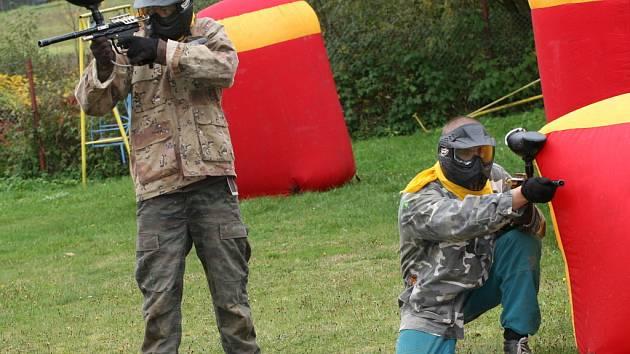 Provoz koupaliště v Mikulůvce ukončili návštěvníci i personál soubojem v paintballu.
