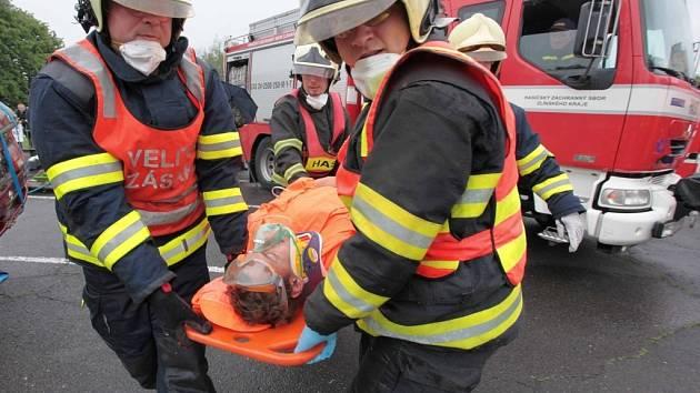 Soutěž hasičů ve vyprošťování osob z vraků aut ve Valašském Meziříčí.