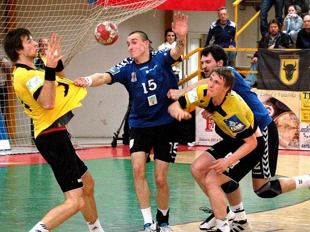 První semifinále play off Zubří (ve žlutém) – Hranice 34:27