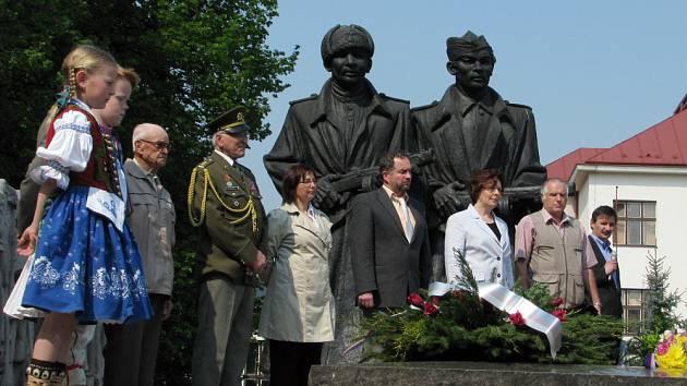 Představitelé radnice, svazu bojovníků za svobodu a dalších organizací položíli v pondělí 4. května květiny k Památníku osvobození a hrobu neznámého vojína ve Vsetíně.