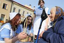 Studentky 4. ročníku Střední zdravotnické školy Vsetín ve čtvrtek vyrazili do ulic na poslední zvonění. (zleva - Hana Fabiánová, Martina Václavíková, Monika Hilšerová).