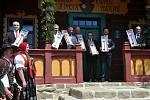 Společná fotografie všech držitelů symbolických klíčů od obnovené chaty Libušín na Pustevnách v Beskydech; čtvrtek 30. července 2020