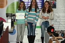 Diplom i za své spolužáky převzaly (zleva) Hana Žůrková, Natalie Bělašková, Izabela Plánková.