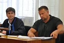 Šestatřicetiletý Miroslav Janošek z Rožnova pod Radhoštěm (vpravo) u soudního líčení u Okresního soudu ve Vsetíně.