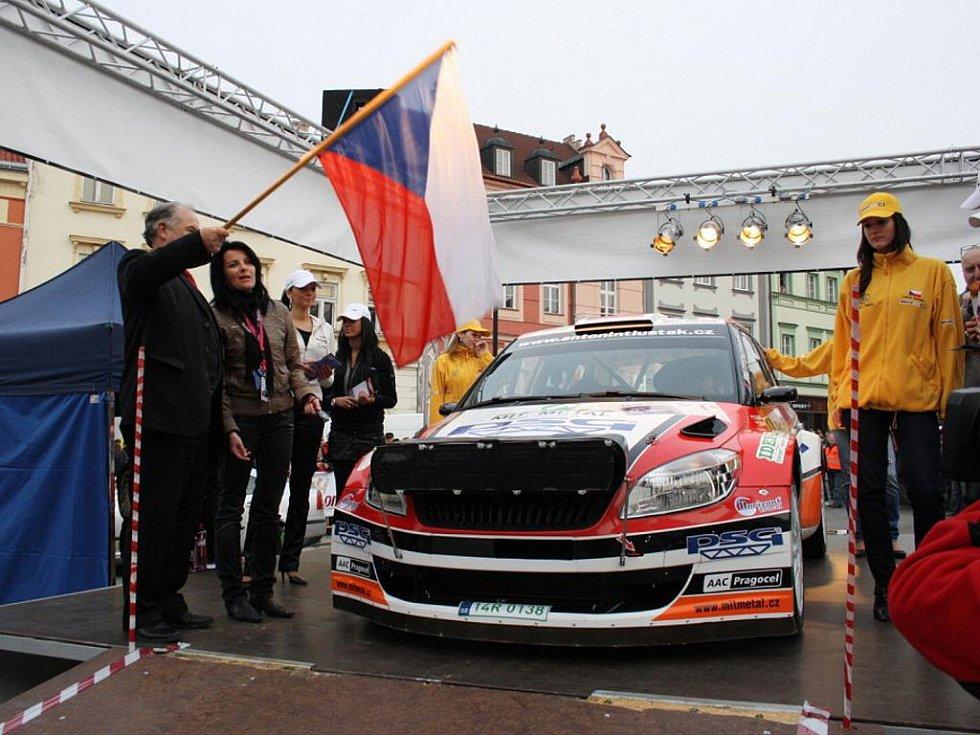 Start 30. ročník Valašské rally na náměstí ve Valašském Meziříčí. Jako první sjel z rampy s číslem 1 zádveřický pilot Antonín Tlusťák.