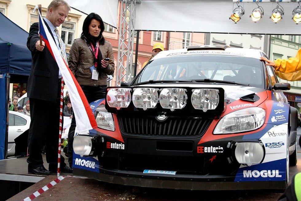 Start 30. ročníku Valašské rally na náměstí ve Valašském Meziříčí. Se startovním číslem 6 sjel z rampy do závodu luhačovický pilot a čtyřnásobný vítěz Valašky Roman Kresta.
