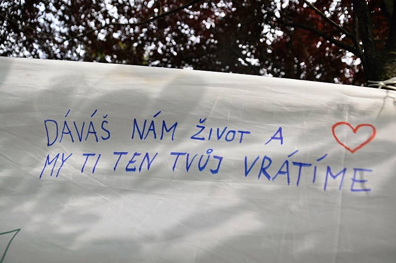Plachta s návštěvnickými vzkazy řece Bečvě v parku zámku Kinských ve Valašském Meziříčí na prvním ročníku Envirofestu Bečva; neděle 19. září 2021