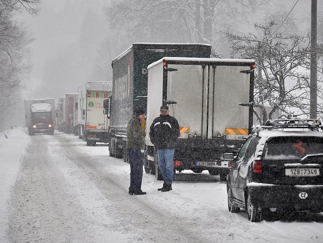 Extrémní mrazy vystřídalo ve středu 15. února 2012 silné sněžení. Dopravní komplikace na sebe nenechaly dlouho čekat. Takřka neprůjezdný byl například kopec Sirákov na pomezí Valašska a Zlínska