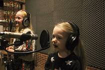 Vsetínská kapela Dareband natočila před Vánoci 2019 klip Zas jsou tu Vánoce. Zazpívaly v něm také Anička Burdová (vlevo) a Žofinka Mrlinová.